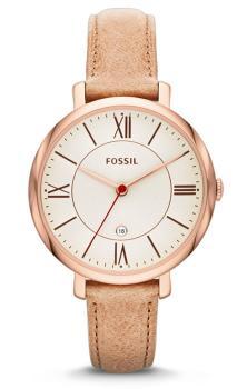 Klasyczny, damski zegarek Fossil ES3487 JACQUELINE na beżowym, skórzanym pasku ze stalową kopertą pokrytą PVD w kolorze różowego złota. Analogowa tarcza zegarka jest w białym kolorze z datownikiem na godzinie szóstej. Indeksy jak i wskazówki są w kolorze różowego złota.