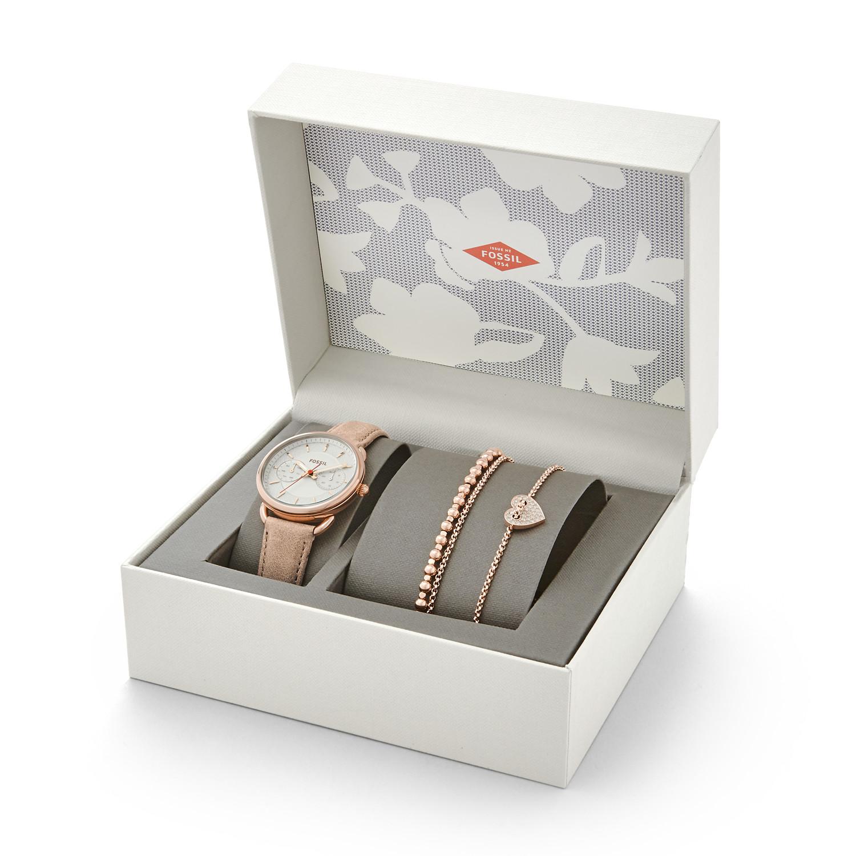 Zestaw prezentowy Fossil z bransoletkami i zegarkiem na skórzanym pasku w różowym kolorze.