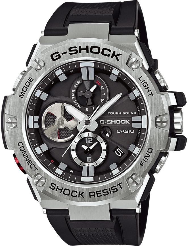 Sportowy, męski zegarek G-Shock GST-B100-1AER G-STEEL BLUETOOTH SYNC na pasku i kopercie wykonanych z tworzywa sztucznego w czarnym kolorze. Bezel zegarka jest srebrny z wytłoczonymi czarnymi napisami. Tarcza zegarka jest czarna z trzema subtarczami oraz srebrnymi indeksami jak i wskazówkami.