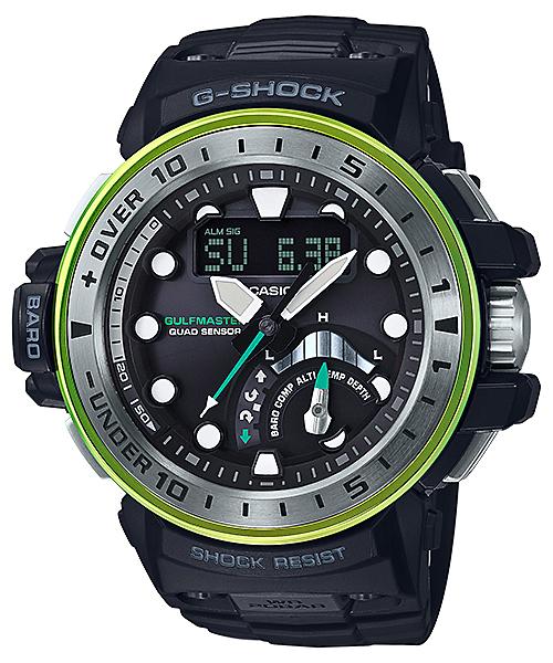 Sportowy, męski zegarek Casio G-Shock GWN-Q1000MB-1ADR GULFMASTER QUAD na pasku z tworzywa sztucznego w czarnym kolorze. Koperta zegarka jest karbonowa mieniąca się różnymi kolorami. Cyfrowo-analogowa tarcza jest w szarym kolorze z białymi indeksami pokrytymi Neobrite. Niektóre detale takie jak wskazówka sekundnika są w lazurowym kolorze.