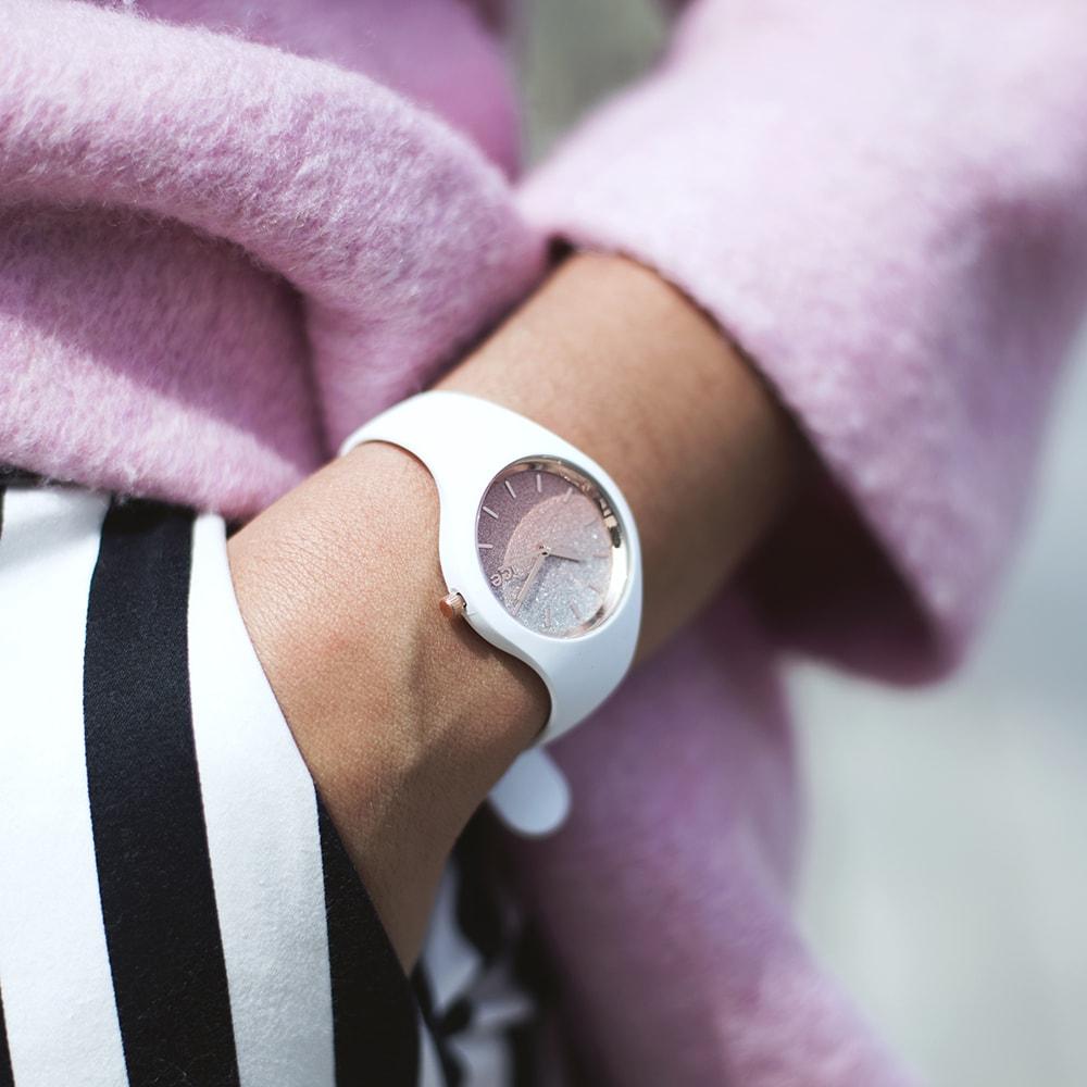 Popularny zegarek Ice Watch z brokatową tarczą na delikatmym silikonowym pasku w białym kolorze