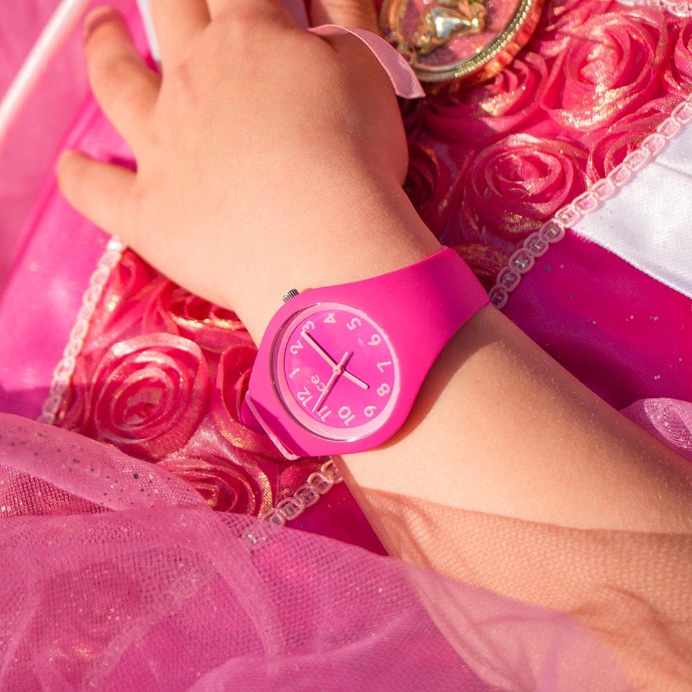 Modny zegarek dla dzieci Ice Watch ICE.014430 ICE ola kids fairy tale na pasku oraz kopercie z tworzywa sztucznego. Analogowa tarcza jest w tym samym kolorze co pasek a indeksy, wskazówki oraz pierścień okalający tarcze są w kolorze jasnego różu.