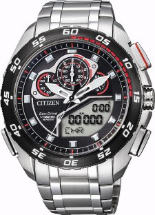 Luksusowy, męski zegarek Citizen JW0124-53E PROMASTER ECO-DRIVE z koperta i bransoleta wykonanych ze stali w srebrnym kolorze. Analogowo-cyfrowa tarcza jest w czarnym kolorze z czerwonymi detalami. Wskazówki zegarka Citizen są srebrne.