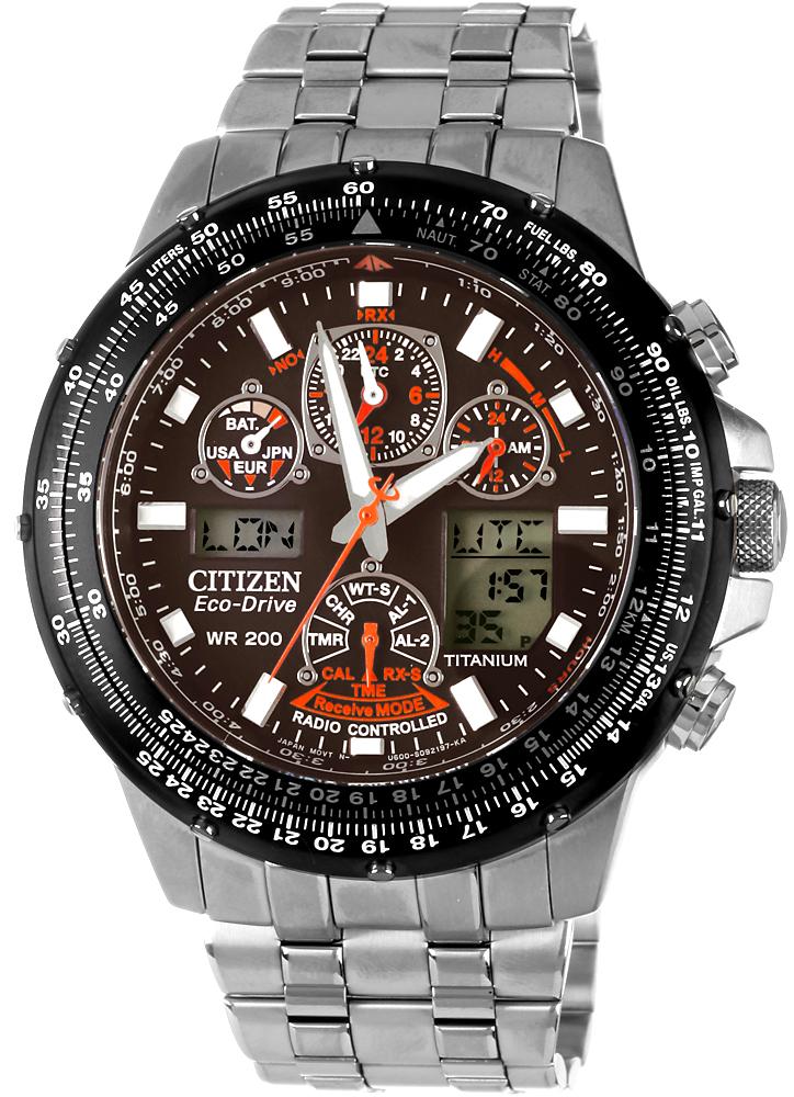 Japoński, męski zegarek marki Citizen JY0080-62E Skyhawk Promaster na bransolecie w srebrnym kolorze wykonanej z tytanu. Koperta zegarka również z tytanu w srebrnym kolorze. Analogowo-cyfrowa tarcza zegarka Citizen jest w czarnym kolorze z wieloma subtarczami ozdobionymi czerwonym kolorem.
