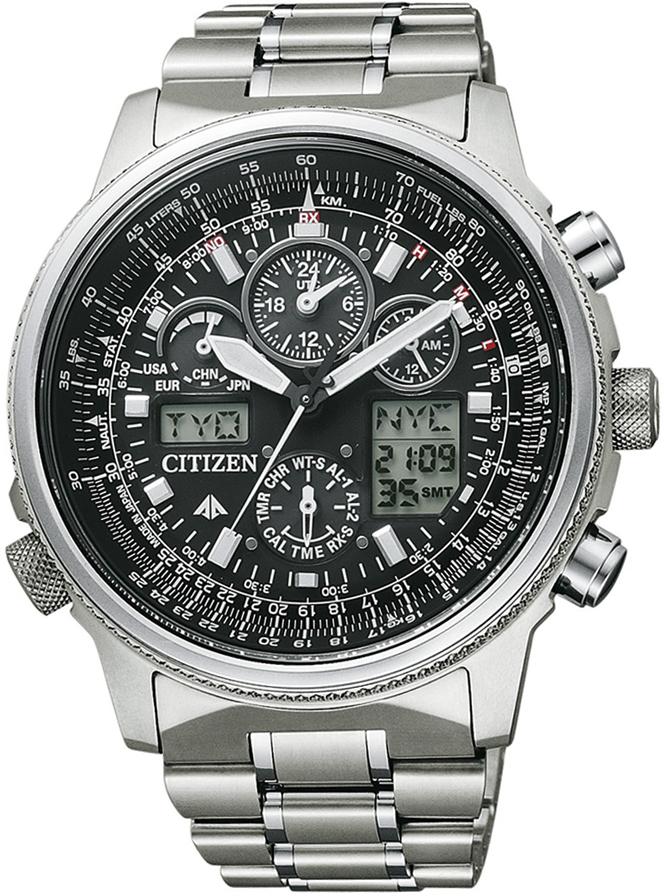 Sportowy, męski zegarek Citizen JY8020-52E Pilot Promaster Titan na bransolecie z koperta wykonanych z tytanu w srebrnym kolorze. Analogowa tarcza zegarka jest w czarnym kolorze z czterema subtarczami w różnych rozmiarach. Tarcza posiada również dwa małe cyfrowe okienka ułatwiające odczyt jak i korzystanie z zegarka. Napisy na zegarku oraz indeksy jak i wskazówki są w srebrnym kolorze.