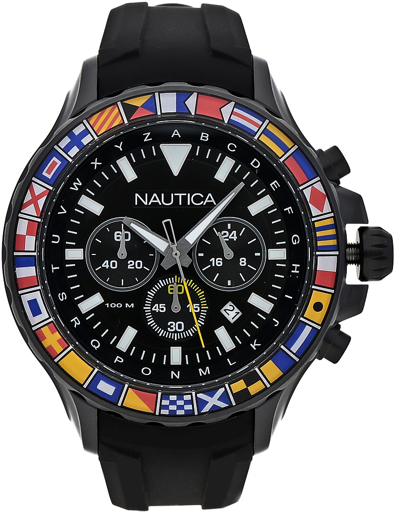 Sportowy, męski zegarek Nautica NAD21011G na pasku z tworzywa sztucznego w czarnym kolorze. Okrągła koperta zegarka jest czarna z tworzywa sztucznego. Analogowa tarcza zegarka jest w czarnym kolorze z trzema subtarczami oraz datownikiem pomiędzy godziną czwartą, a piątą. Naokoło tarczy zegarka są flagi różnych krajów, a same wskazówki zegarka są w srebrnym kolorze.