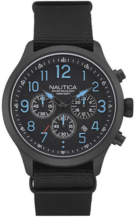 Młodzieżowy, męski zegarek Nautica NAI16514G na parcianym pasku w czarnym kolorze z kopertą wykonaną ze stali w czarnym kolorze. Analogowa tarcza zegarka posiada trzy subtarcze oraz datownik na godzinie piątej. Wskazówki oraz indeksy są czarno-niebieskie.