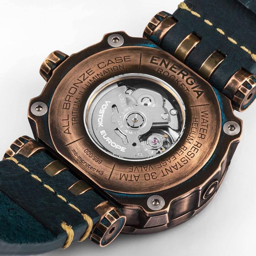 Tył zegarka Vostok Europe NH35A-575O286 Bronze pokazujący prace mechanizmu zegarka.