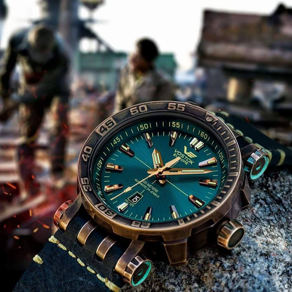 W zegarku Vostok Europe NH35A-575O286 Bronze zestawienie tarczy i pierścienia anty rewersyjnego nasuwa skojarzenie z kanałem wylotowym wyrzutni rakietowej.