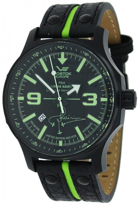 Sportowy, męski zegarek Vostok Europe NH35A-5954334 Expedition na skórzanym, czarnym pasku z zielonym paseczkiem po środku. Koperta zegarka Vostok Europe jest stalowa w czarnym kolorze. Tarcza zegarka jest w czarnym kolorze z zielonymi indeksami oraz białymi wskazówkami.