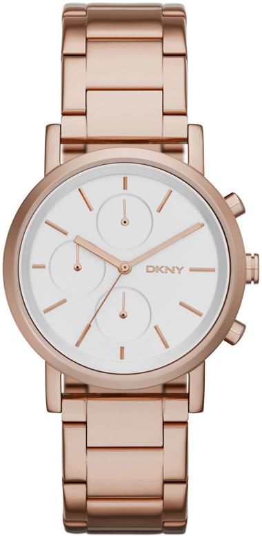 Elegancki, damski zegarek DKNY NY2275 na bransolecie z kopertą wykonanych ze stali pokrytych PVD w kolorze różowego złota. Tarcza zegarka jest w białym kolorze z trzema subtarczami. Wskazówki oraz indeksy są w kolorze różowego złota.