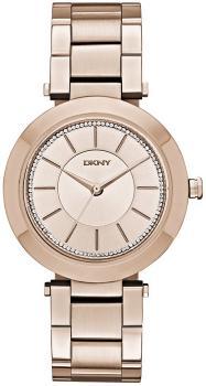 Stylowy, damski zegarek DKNY NY2287 STANHOPE na bransolecie wykonanej ze stali, pokrytej powłoka PVD w kolorze różowego złota. Okrągła koperta zegarka jest ze stali i w tym samym kolorze co bransoleta. Analogowa tarcza zegarka jest w kolorze różowego złota z małymi kryształkami naokoło oraz indeksami jak i wskazówkami w kolorze różowego złota.