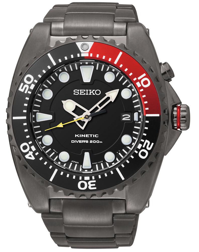 Klasyczny, męski zegarek Seiko SKA577P1 Kinetic na stalowej czarnej bransolecie z kopertą wykonaną ze stali w czarnym kolorze. Analogowa tarcza zegarka jest czarna z wyraźnymi indeksami.