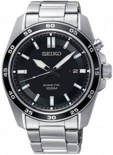 Klasyczny, męski zegarek Seiko SKA785P1 Kinetic na bransolecie oraz kopercie wykonanych ze stali w srebrnym kolorze. Analogowa tarcza zegarka jest w czarnym kolorze z białymi indeksami oraz wskazówkami, a na godzinie trzeciej jest datownik pokazujący dni miesiąca.