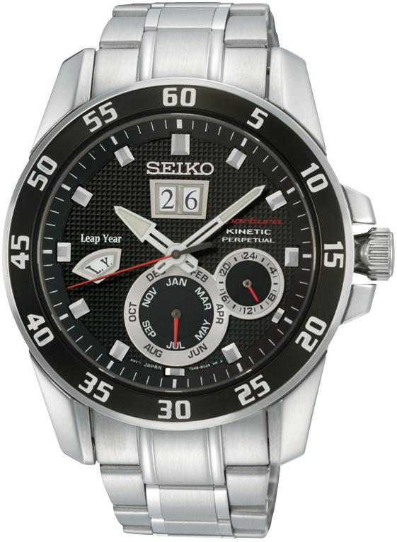 Sportowy, męski zegarek Seiko SNP055P1 Sportura na bransolecie oraz kopercie wykonanych ze stali w srebrnym kolorze. Analogowa tarcza zegarka jest w czarnym kolorze z dwoma subtarczami oraz dwoma datownikami. Indeksy jak i wskazówki są w srebrnym kolorze.