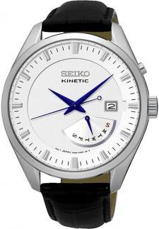 Klasyczny, męski zegarek Seiko SRN071P1 Kinetic na skórzanym, czarnym pasku z okrągłą kopertą w srebrnym kolorze. Analogowa tarcza jest biała z datownikiem pokazującym dzień miesiąca jak i tygodnia. Indeksy są jasne, w srebrnym kolorze w przeciwieństwie do wskazówek, które są w ciemno niebieskim odcieniu.