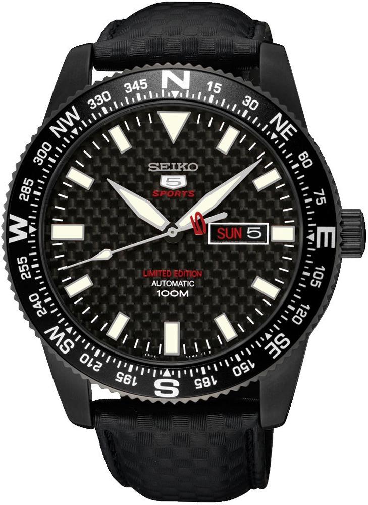 Klasyczny, męski zegarek Seiko SRP719K1 SEIKO 5 Sports Limited Edition Automatic na skórzanym czarnym pasku z koperta wykonaną ze stali w czarnym kolorze. Tarcza zegarka jest w czarnym kolorze z białymi indeksami w postaci kresek oraz klasycznych wskazówek, które pokryte są powłoką Neobrite.