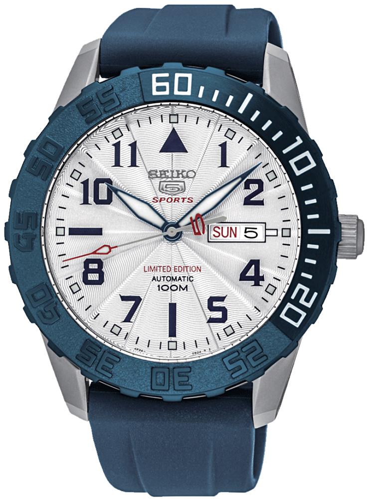 Japoński, męski zegarek Seiko SRP785K1 na niebieskim pasku wykonanym z tworzywa sztucznego. Koperta zegarka jest wykonana ze stali w srebrnym kolorze. Tarcza zegarka jest giloszowana w białym kolorze z czarnymi indeksami oraz czerwonymi akcentami.
