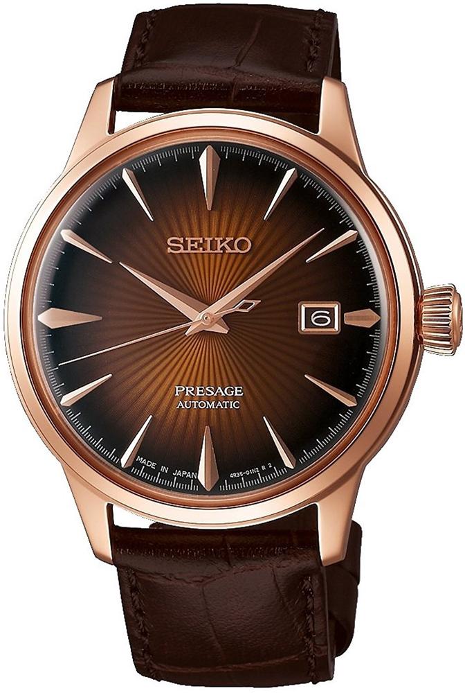 Luksusowy, męski zegarek Seiko SRPB46J1 Presage na brązowym skórzanym pasku z kopertą ze stali w kolorze różowego złota. Giloszowana tarcza posiada datownik na godzinie trzeciej. Wskazówki oraz indeksy są w kolorze różowego złota.