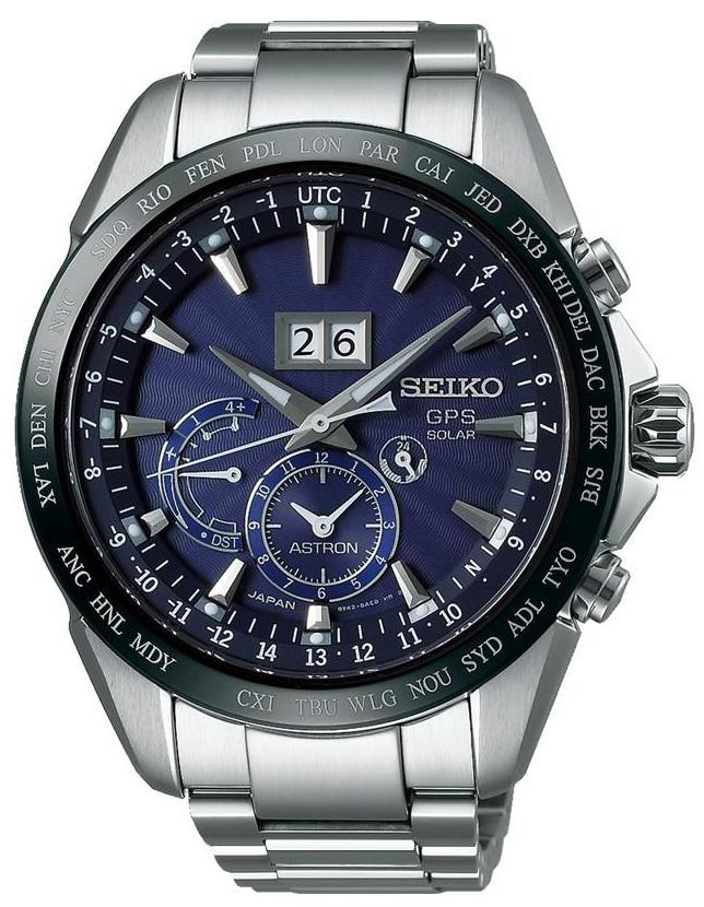 Luksusowy, męski zegarek Seiko SSE147J1 Astron GPS Solar na bransolecie z kopertą wykonanych z tytany w srebrnym kolorze. Analogowa tarcza zegarka jest ciemno niebieska z trzema subtarczami w różnych rozmiarach. Na godzinie dwunastej znajduje się datownik pokazujący dzień miesiąca. Wskazówki jak i indeksy są w srebrnym kolorze.