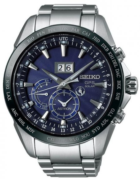 Luksusowy, męski zegarek Seiko SSE147J1 Astron GPS Solar na bransolecie oraz kopercie wykonanych z tytanu w srebrnym kolorze. Bezel zegarka jest czarny a sama tarcza kolorze ciemnego niebieskiego. Na analogowej tarczy znajdują się trzy subtarcze oraz datownik na godzinie dwunastej.