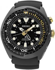Luksusowy, męski zegarek Seiko SUN045P1 5M85 na pasku wykonanym z tworzywa sztucznego w czarnym kolorze. Koperta zegarka jest ze stali również w czarnym kolorze. Analogowa tarcza zegarka jest czarna z indeksami i wskazówkami w beżowym kolorze. Zegarek Seiko ma również złote akcenty takie jak koronka czy znakowania w niektórych miejscach.