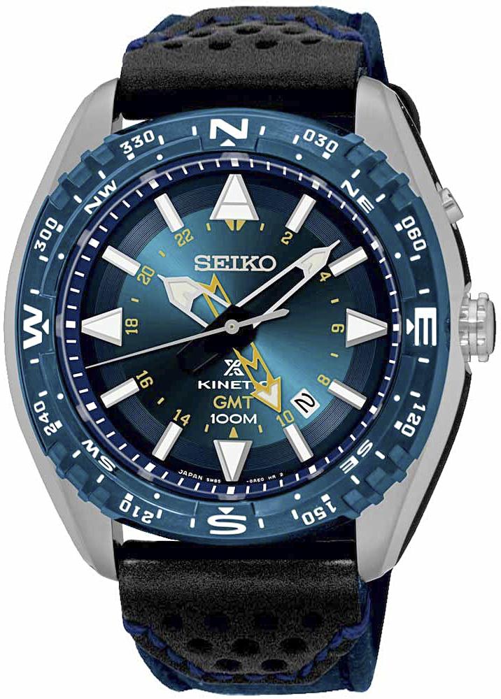 Luksusowy, męski zegarek Seiko SUN059P1 Kinetic GMT na pasku wykonanym z taśmy parcianej oraz skóry w czarnym i niebieskim kolorze. Tarcza zegarka Seiko jest analogowa w niebieskim kolorze z białymi indeksami oraz wskazówkami w czarno-białym kolorze.