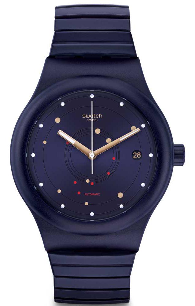Modny, damski zegarek Swatch SUTN403A Sistem Sea Flex na rozciąganej bransolecie w kolorze fioletowym. Koperta zegarka jest z tworzywa sztucznego. Analogowa tarcza jest w tym samym kolorze co bransoleta, ozdobiona małymi kropkami w kolorze czerwieni, złota oraz bieli.