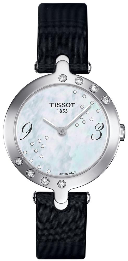 Klasyczny, damski zegarek Tissot T003.209.67.112.00 Flamingo skórzanym pasku w czarnym kolorze z kopertą wykonaną ze stali. Bezel zegarka jest ozdobiony diamentami. Analogowa tarcza zegarka z masy perłowej z diamentami. Indeksy są w czarnym kolorze podczas gdy wskazówki w srebrnym.