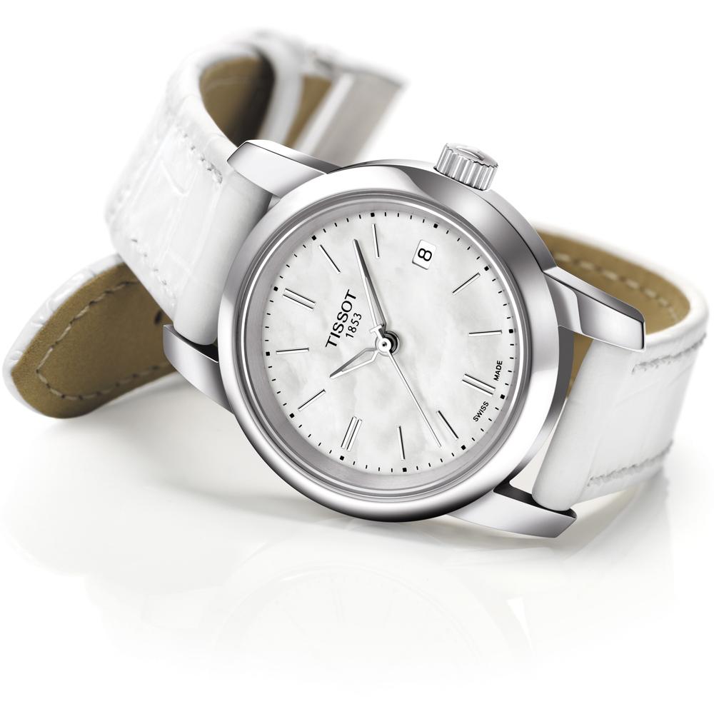 Elegancki damski zegarek Tissot Classic Dream Lady T033.210.16.111.00 ze stalowej okrągłej tarczy w srebryn kolorze na skórzanym pasku w białym kolorze.