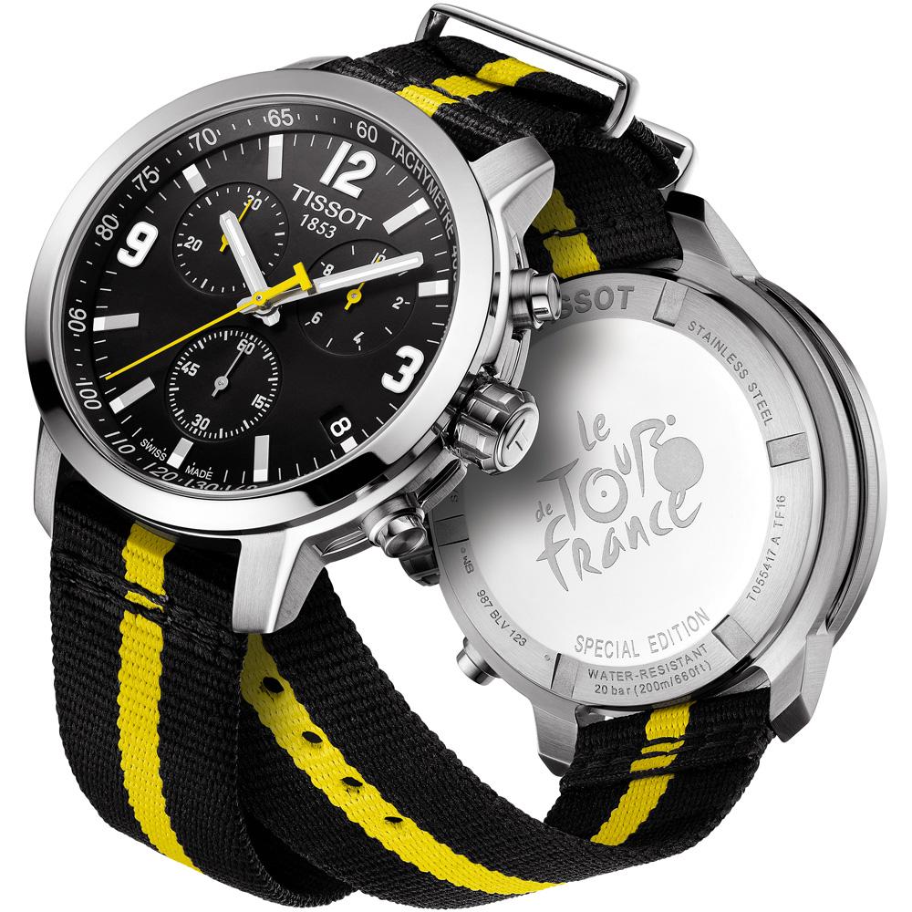Klasyczny, męski zegarek Tissot T055.417.17.057.01 PRC 200 Tour de France 2016 na parcianym pasku w żółto-czarnym kolorze z stalową, srebrną kopertą. Tarcza zegarka jest w czarnym kolorze z subtarczami. Indeksy oraz wskazówki są w białym kolorze natomiast wskazówka sekundnika w żółtym.