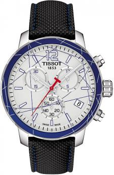 Sportowy, męski zegarek Tissot T095.417.17.037.00 QUICKSTER HOCKEY SUR GLACE na kauczukowym pasku w czarnym kolorze z okrągłą kopertą wykonaną ze stali w srebrnym kolorze. Bezel okalający białą tarczę zegarka jest niebieski. Analogowa tarcza posiada trzy subtarcze oraz datownik na godzinie czwartej. Wskazówki jak i indeksy są w białym kolorze z czerwoną wskazówką sekundnika.