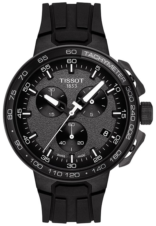 Sportowy, męski zegarek Tissot T111.417.37.441.09 TOUR DE POLOGNE na silikonowym pasku w czarnym kolorze oraz okrągła tarcza w czarnym kolorze ze stali. Analogowa tarcza jest w czarnym kolorze z chropowatą fakturą przypominającą jezdnie. Na tarczy znajdują się również subtarcze w czarnym kolorze z białymi oznaczeniami.