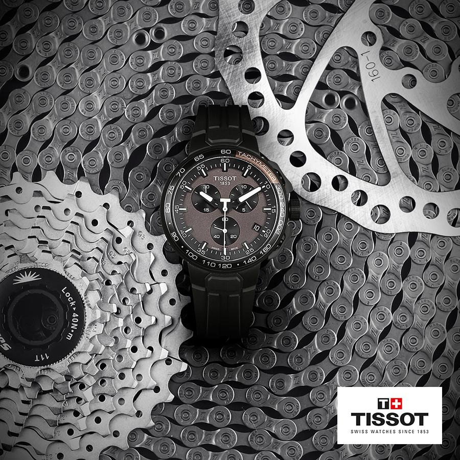 Sportowy, męski zegarek Tissot na silikonowym czarnym pasku oraz okrągłą kopertę ze stali w czarnym kolorze. Tarcza zegarka jest w szarym kolorze.