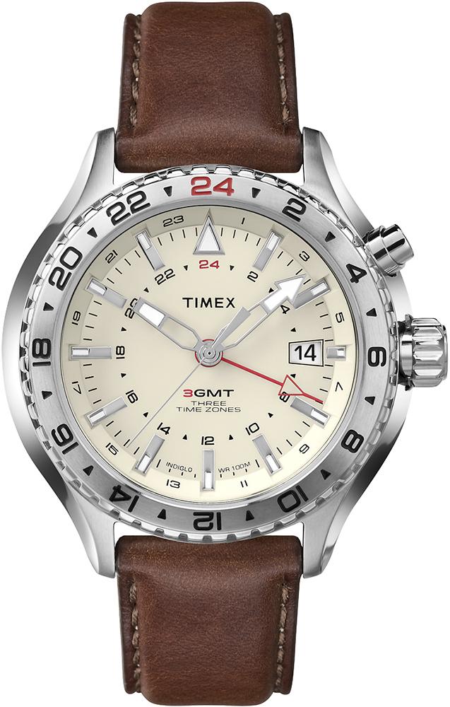 Modny, męski zegarek Timex T2P426 Intelligent Quartz 3-GMT na skórzanym brązowym pasku z koperta wykonaną ze srebra. Tarcza zegarka Timex jest w beżowym kolorze.