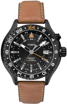 Klasyczny, męski zegarek Timex T2P427 Intelligent Quartz 3-GMT na skórzanym brązowym pasku z okrągła kopertą wykonaną ze stali w czarnym kolorze. Tarcza zegarka jest w czarnym kolorze a indeksy na niej są szaro-srebrne z pomarańczowymi detalami.