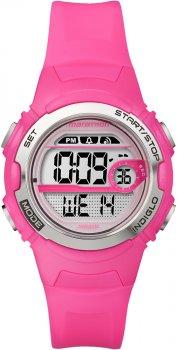 Sportowy, damski zegarek Timex T5K771 Marathon na różowym pasku z tworzywa sztucznego oraz kopercie wykonanej również z tworzywa sztucznego w różowym kolorze. Tarcza zegarka jest cyfrowa w srebrnym kolorze.
