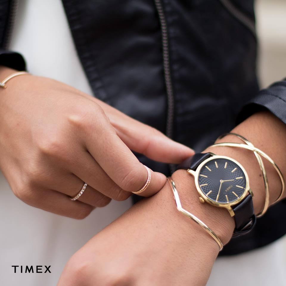 Elegancki zegarek Timex z ozdobną tarczą na czarnym skórzanym pasku