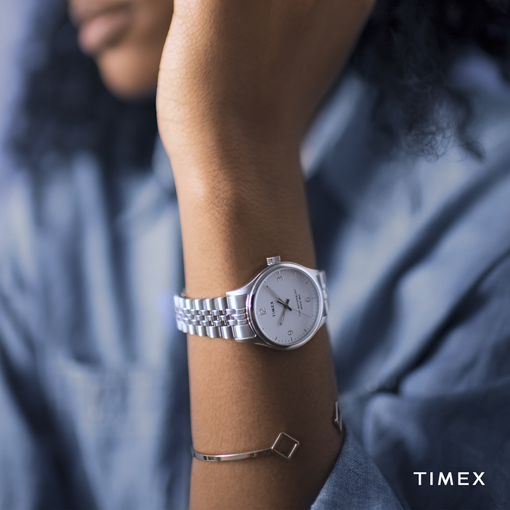 Damski zegarek Timex Waterbury na klasycznej bransolecie w kolorze srebra.