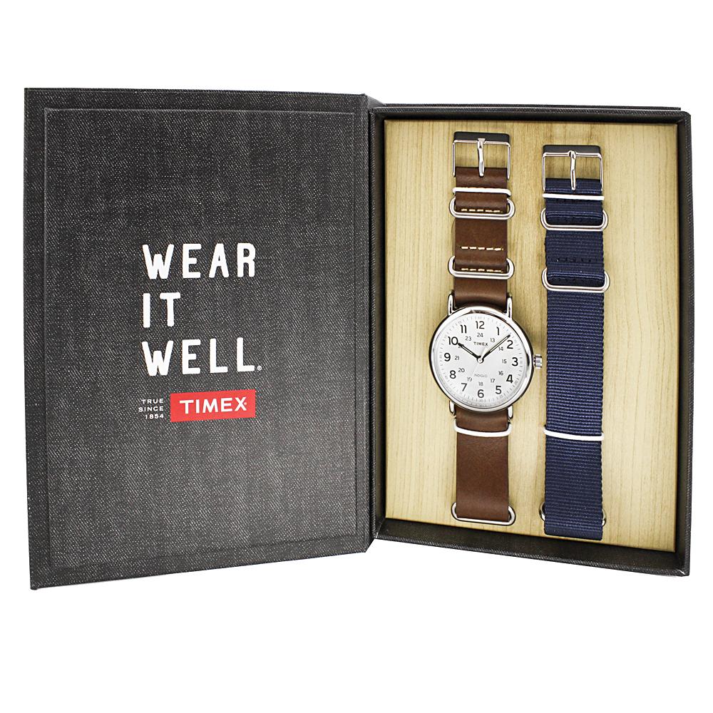 Młodzieżowy zegarek Timex z zapasowymi paskami. Zegarek Timex jest w zestawie z parcianym pasku a sam jest na skórzanym. Okrągłą koperta jest w srebrnym kolorze z metalu, a analogowa tarcza w białym kolorze z łatwymi do odczytania indeksami.