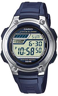 Sportowy, męski zegarek Casio na pasku z kauczuku w niebieskim kolorze. Koperta zegarka Casio jest wykonana z tworzywa sztucznego w srebrnym kolorze. Tarcza zegarka Casio jest cyfrowa.