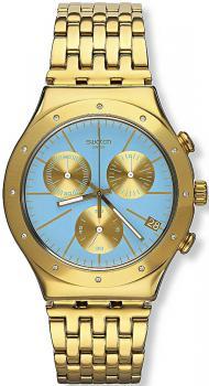 Elegancki, męski zegarek Swatch YCG413G TURCHESA na bransolecie z kopertą ze stali z powłoką PVD w kolorze złota. Analogowa tarcza zegarka jest w niebieskim kolorze z datownikiem na czwartej godzinie oraz z trzema subtarczami w złotym kolorze.