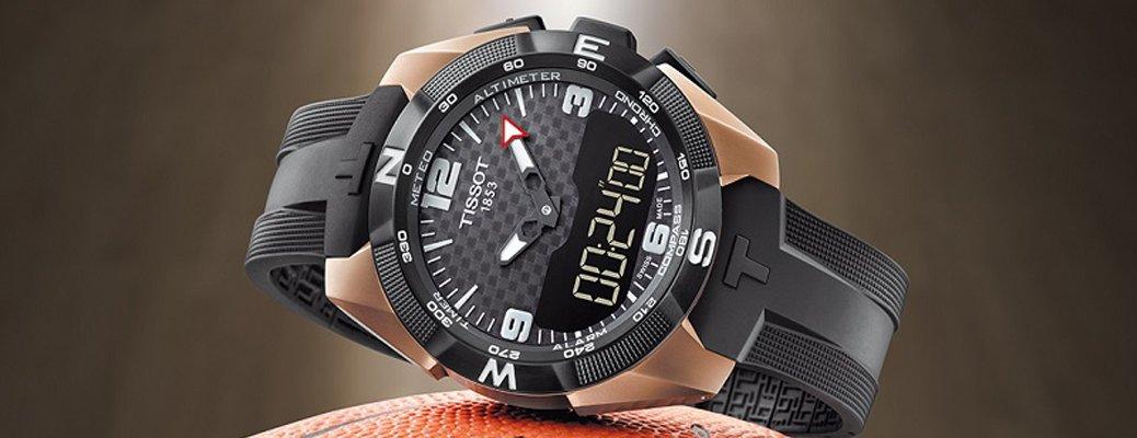 Luksusowy, męski zegarek Tissot T091.420.47.207.00 T-TOUCH EXPERT SOLAR NBA SPECIAL EDITION na pasku wykonanym z tworzywa sztucznego w czarnym kolorze oraz okrągłej, kopercie w kolorze różowego złota wykonanej z tytanu. Tarcza zegarka jest dotykowa w szarym kolorze w szachownice.