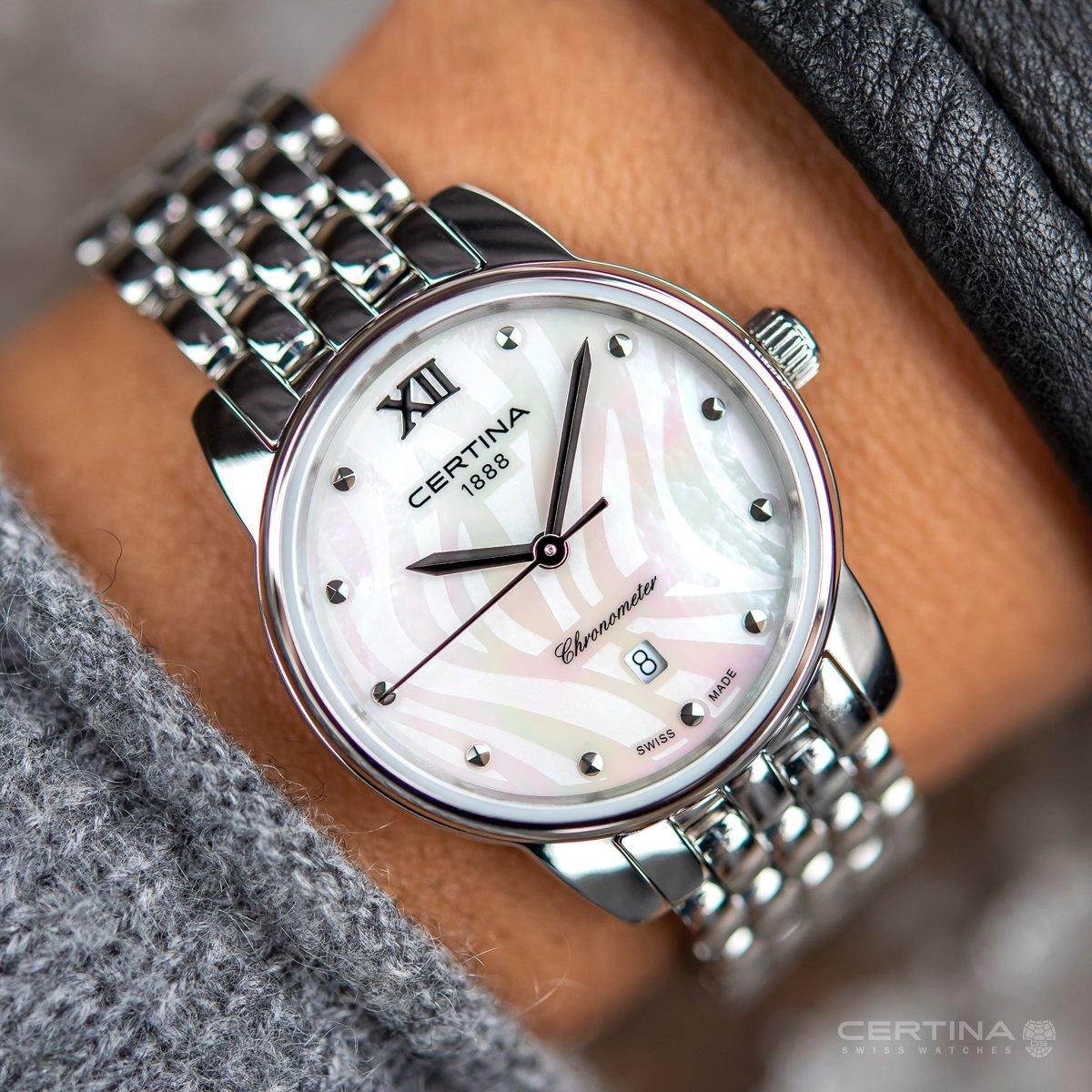 Luksusowy zegarek Certina C033.051.11.118.00 DS-8 z mieniąca się tarczą z masy perłowej i stalowej srebrnej bransolety oraz koperty.