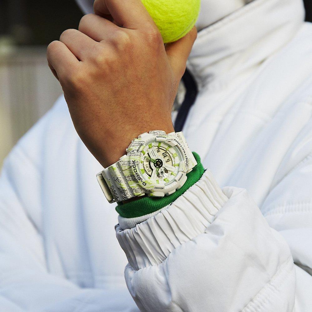 Sportowy, męski zegarek G-Shock GA-110TX-7AER MIST TEXTURE SCRATCH PATTERN na pasku z tworzywa sztucznego w białym kolorze z wzorami w kolorze zieleni oraz szarości. Analogowo - cyfrowa tarcza jest otoczona przez kopertę z tworzywa sztucznego w białym kolorze z zielono - szarym wzorem.
