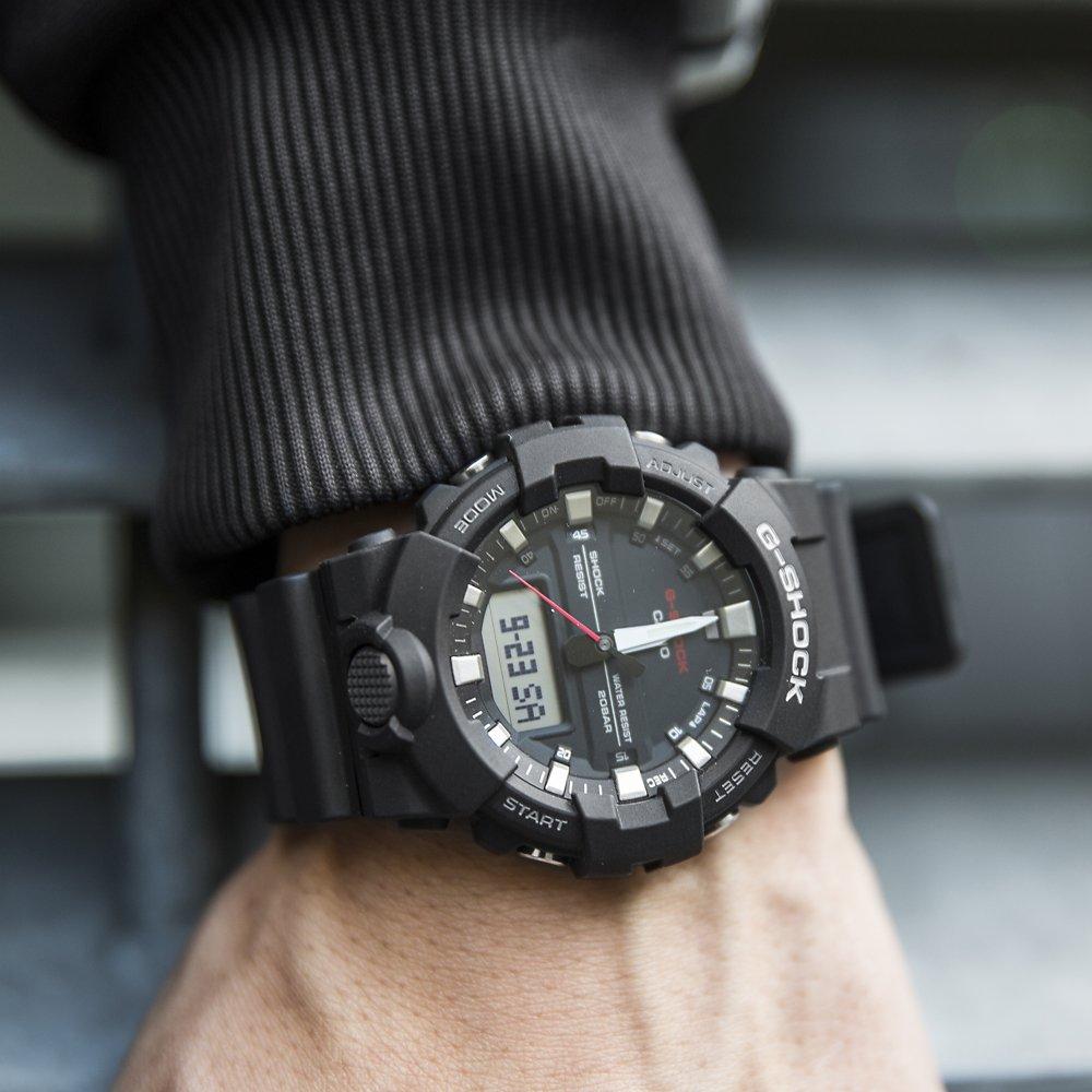 Sportowy, męski zegarek G-Shock GA-800-1AER na czarny pasku z tworzywa sztucznego oraz czarnej koperty również z tworzywa sztucznego. Analogowo - cyfrowa tarcza jest w czarnym kolorze z białymi oraz czerwonymi akcentami.