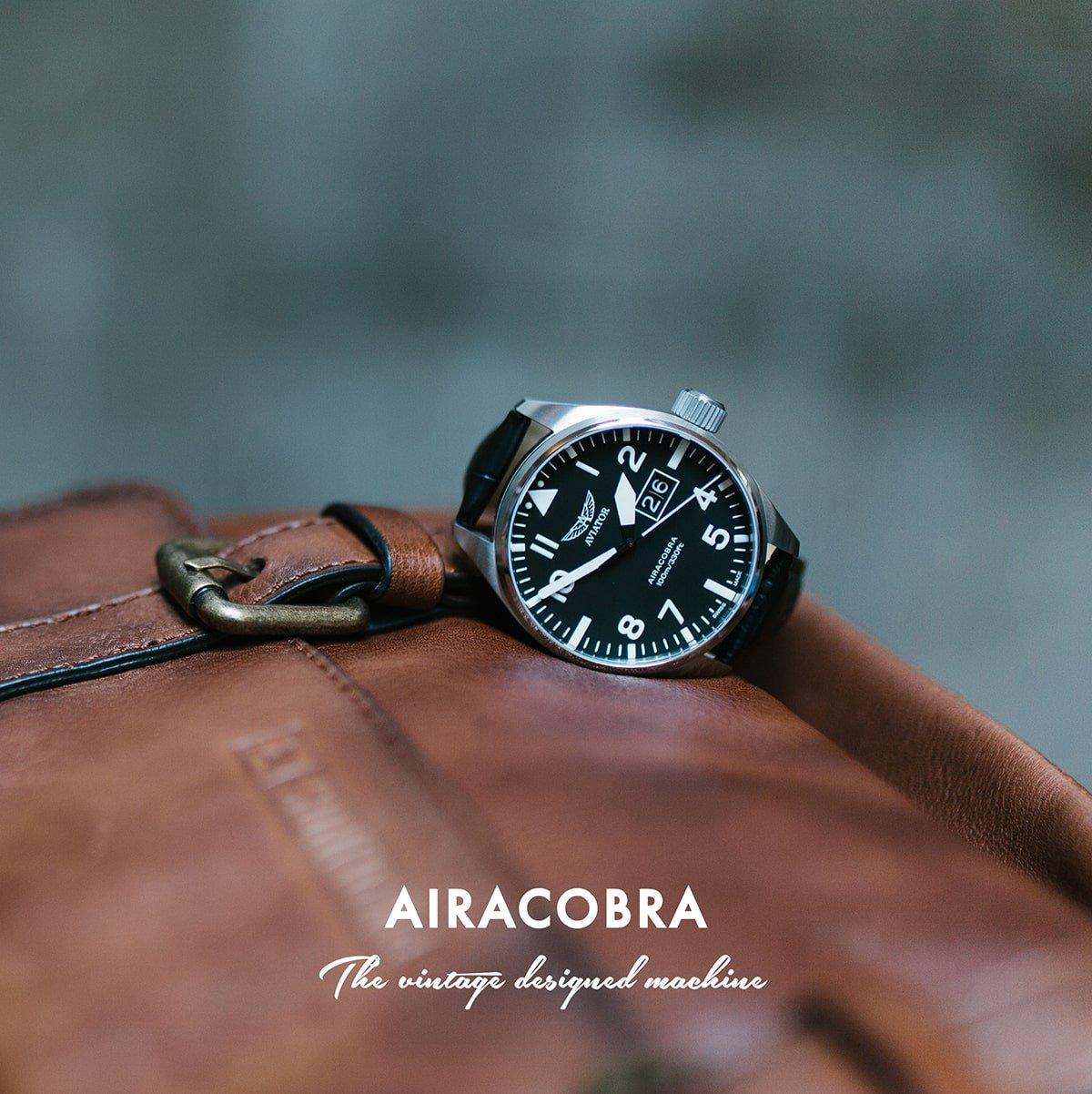 Lotniczy, męski zegarek lotniczy Aviator V.1.22.5.148.4 Airacobra na czarnym, skórznym paksu z srebrną kopertą ze stali. Analogowa tarcza zegarka jest w czarnym kolorze z białymi indeksami oraz skromnym datownikiem na godzienie 3. Analogowa tarcza przykryta jest szkiełkiem szafirowym co pokazuje jak wysoka jest jakość wykonanego zegarka.