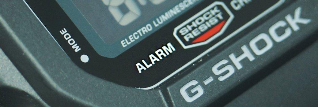 Ciemny zegarek Casio G-Shock z oznakowanym alarmem.