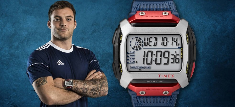 Sportowy zegarek Timex Red Bull Cliff Diving stworzony do funkcjonowania nawet w najtrudniejszych warunkach oraz Alessandro De Rose- zeszłoroczny zwycięzca zawodów w Poligano a Mare.