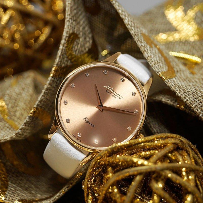 Prestiżowy, damski zegarek Atlantic 29038.44.77L na białym skórzanym pasku z zapięciem na sprzączkę z stalowa koperta w kolorze złotego różu oraz szkiełkiem szafirowym.